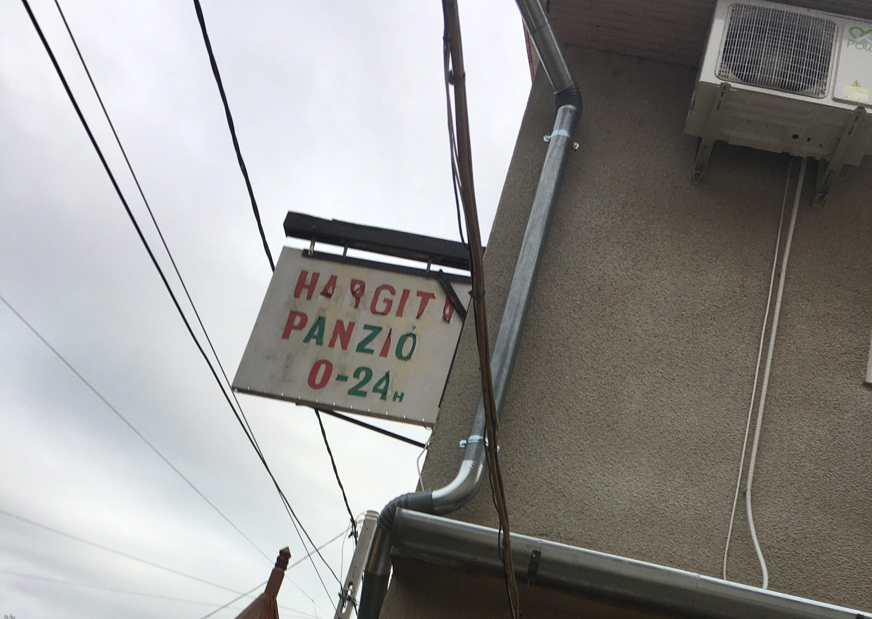 ハルギタ パンツィオの看板