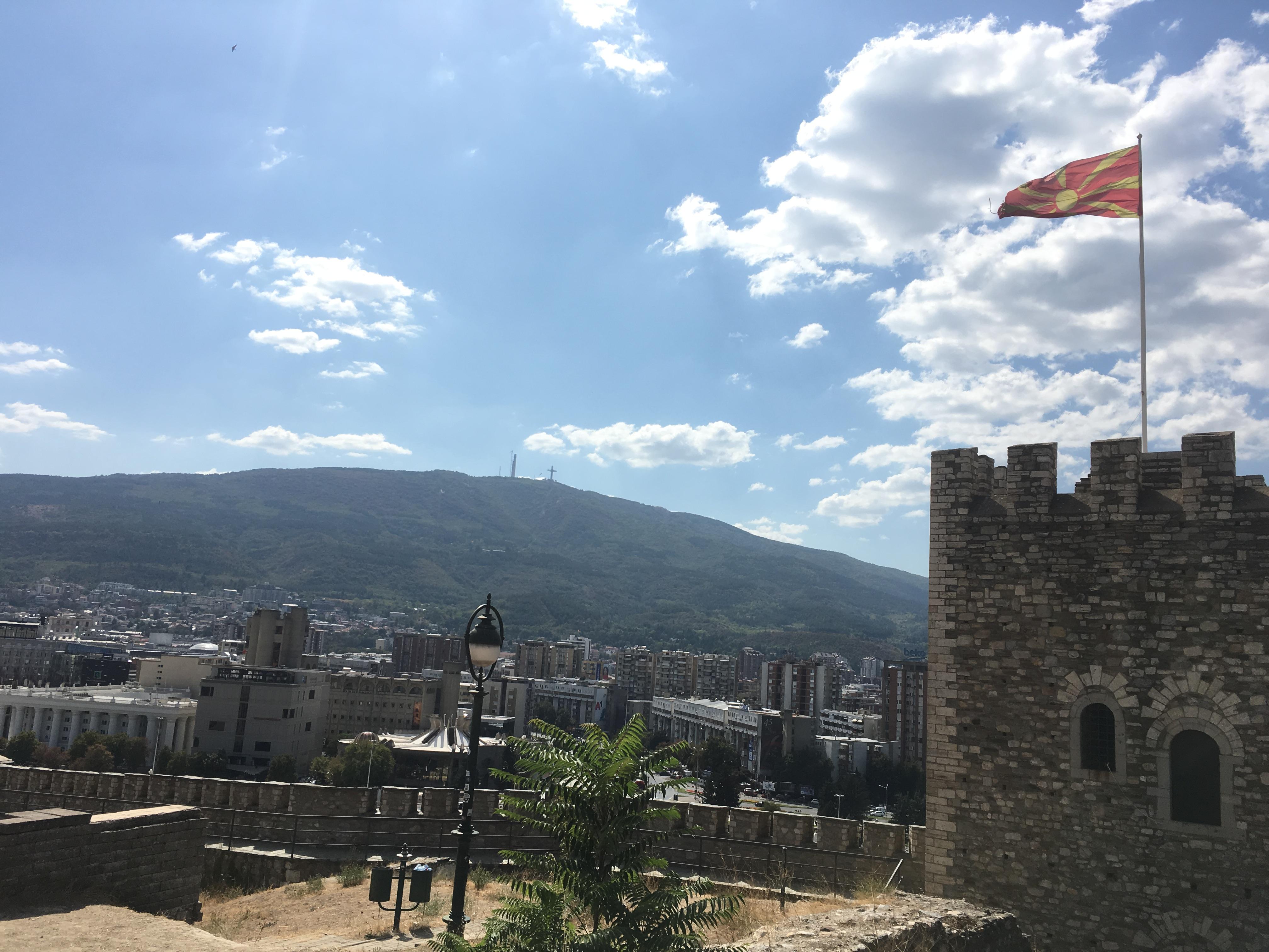 スコピエ要塞と国旗