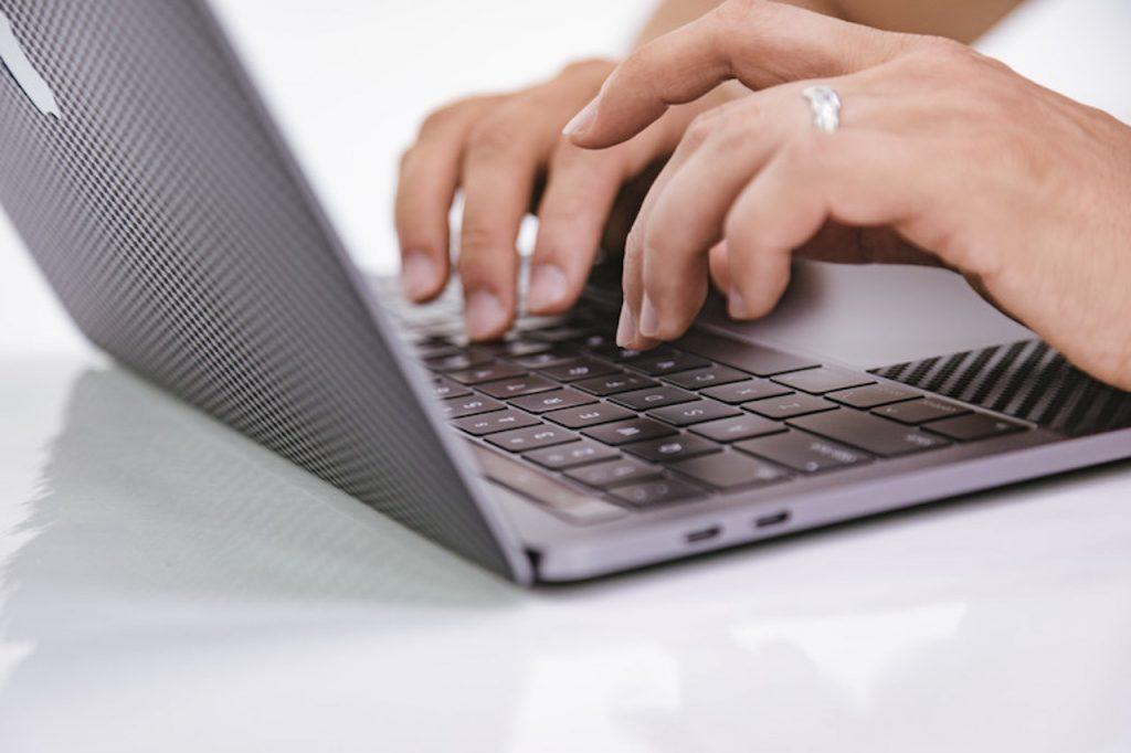ノートパソコンでタイピング