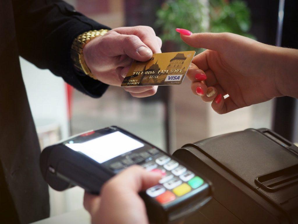 クレジットカードを渡す高級そうな男性