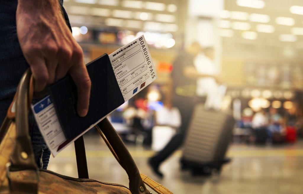 パスポートに挟まれた航空券