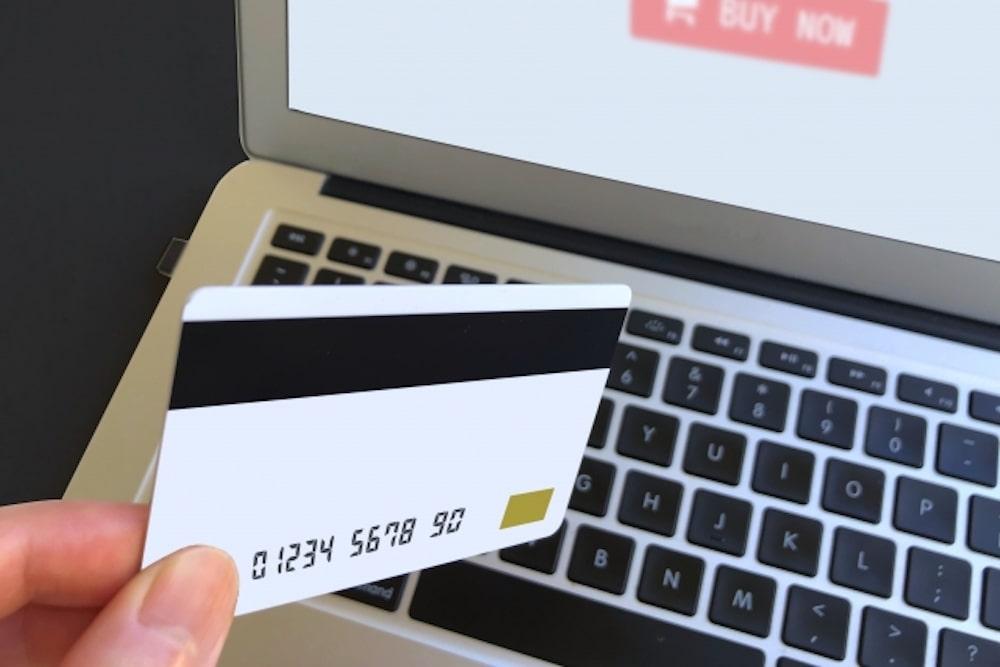 白いクレジットカードとノートPCと