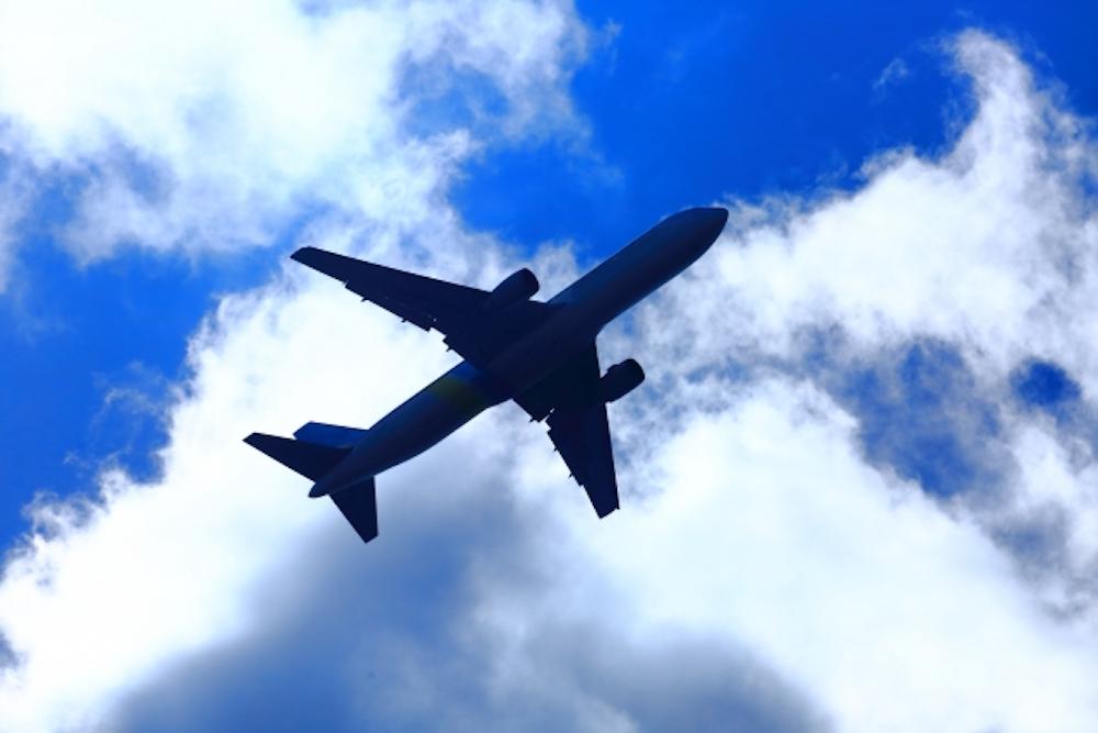 飛行機の裏側と青空