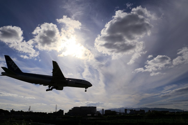 逆光と航空機